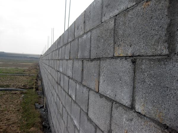 Phú Điền - Xây tường bằng gạch block không cần trát vẫn đẹp.