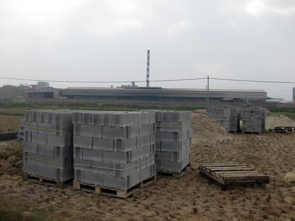 Phú Điền - Chuẩn bị gạch block trước khi xây tường