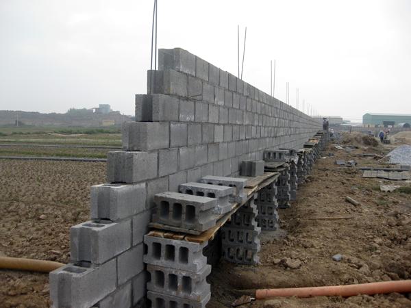 Phú Điền - Dùng gạch block làm giàn giáo khi xây tường lên cao