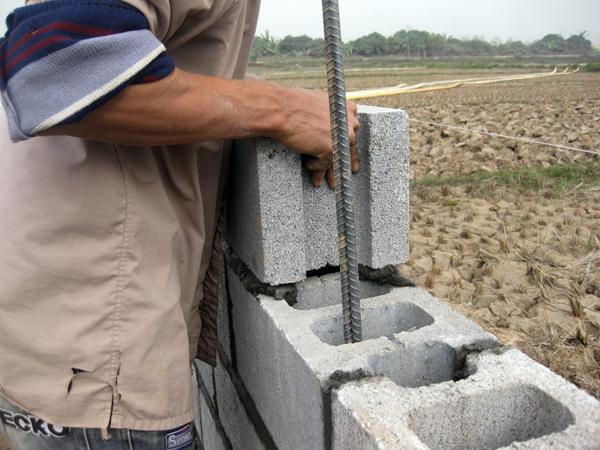 Phú Điền - Cần đặt gạch block đúng vị trí khi xây