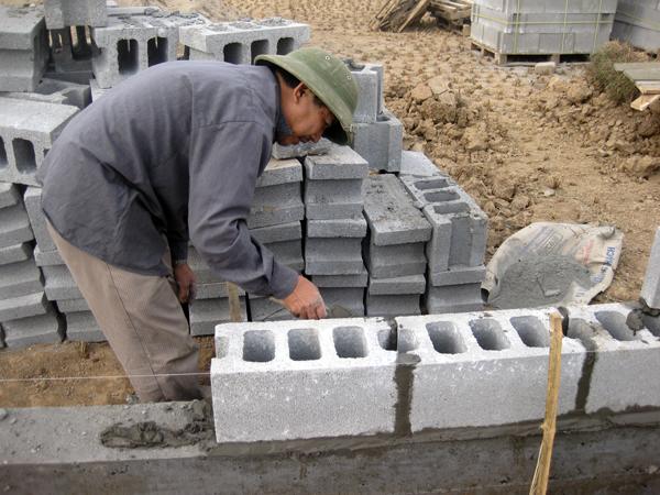 Phú Điền - Ở hàng xây đầu tiên các viên gạch block phải được đặt thẳng hàng