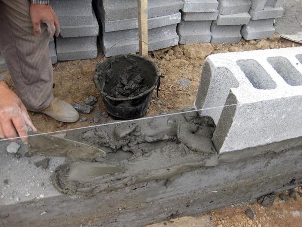 Phú Điền - Tiến hành xây hàng gạch block đầu tiên