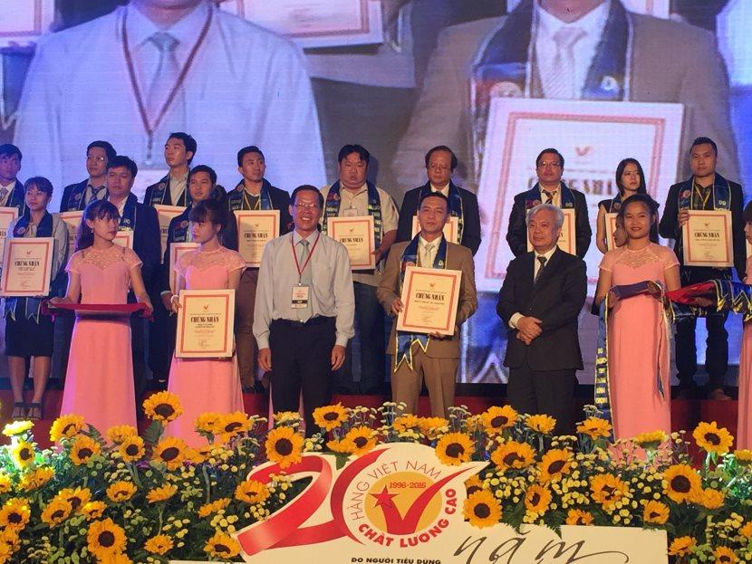 Anh Trần Khắc Nguyên - PGD Phú Điền nhận giải thưởng HVNCLC 2016 cho ngành vật liệu xây dựng