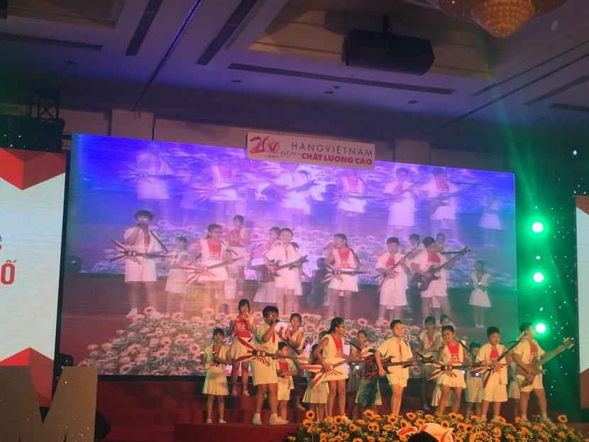 Các em thiếu nhi biểu diễn văn nghệ trong buổi lễ HVNCLC 2016